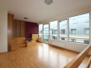 Dans le centre-ville de Bruxelles, superbe duplex de +/- 77 m² avec balconnets au 3ème étage d'un immeuble avec jardin central comm