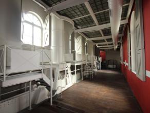 Tour du midi - Splendide rez-commercial de +-550m² se compose comme suit : d'un hall d'entrée avec accès au sous-sol donnant sur un
