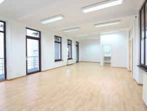 A deux pas de la Rue Neuve, superbe bureau de +/-154m² composé de plusieurs espaces multifonctions, de sanitaires et un espace cuisine. D'
