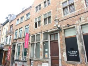 A deux pas du sablon dans la Rue Sainte-Anne, beau commerce situé dans une maison de maître de 3 étages avec beaucoup de charme. C