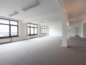 A deux pas de la Rue Neuve, superbe bureau de +/-337m² composé de plusieurs espaces multifonctions, de sanitaires et un espace cuisine. Un