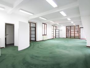 A deux pas de la Rue Neuve, superbe bureau de +/-246m² composé de plusieurs espaces multifonctions, de sanitaires et un espace cuisine. Tr