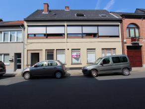 Een zeer ruime woning met dakterras en een grote gelijkvloerse polyvalente ruimte (bebouwde gelijkvloerse opp. van 290 m²) met verschillende moge