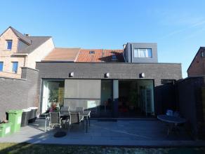 Deze gerenoveerde, charmante woning is ideaal gelegen op wandelafstand van het centrum en de polders.<br /> Op het gelijkvloers bevinden zich 2 ruime