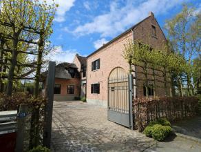 Deze uiterst charmante, authentieke pastorijvilla is gelegen aan de landelijke rand van Beveren, zeer rustig maar toch vlakbij alle invalswegen.<br />