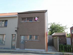 Deze moderne, recente woning te huur is gelegen vlakbij het centrum van Haasdonk.  De woning heeft volgende indeling op het gelijkvloers: een inkomhal