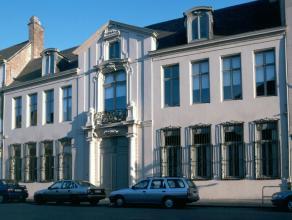 Huis 'Jean-Joseph Vecquemans' een prachtige historische burgerswoning met neoklassieke gevels en binnenkoer met overdekte zuilengaanderij. Aangelegde