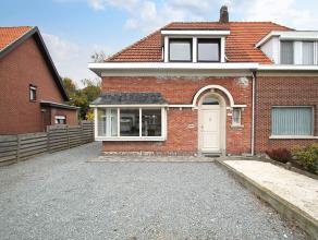 Charmante op te frissen halfopen bebouwing met drie slaapkamers en ruime tuin op goede locatie te Wommelgem. <br /> <br /> Op de gelijkvloerse verdiep