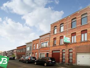 Ruime koppelwoning met inpandige garage en stadstuin op centrale locatie te Deurne!<br /> <br /> Deze tweewoonst omvat op de gelijkvloers en eerste ve