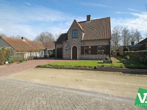 Charmante villa met vier slaapkamers en ruime inpandige garage op een perceel van +/- 1000m² te Oelegem.<br /> <br /> Deze mooie open bebouwing v