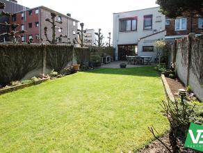 Zeer goed onderhouden en instapklare halfopen bebouwing met ruime tuin (77m²) op centrale locatie te Deurne!<br /> <br /> Deze mooie woning genie