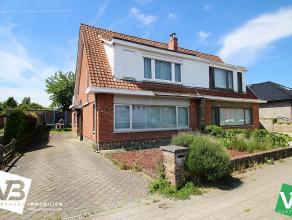 Mooie half open bebouwing met drie slaapkamers, garage en ruime tuin te Broechem! <br /> <br /> Deze woning geniet op de gelijkvloerse verdieping van