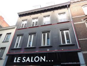 Superbe appartement 2 chambres entièrement rénové avec terrasse de 40 m², situation idéale dans une rue calme et &agr