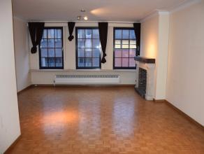 Ruim appartement op de derde verdieping (met lift) in het centrum van Lier.Het appartement omvat een inkomhal (8m²), apart toilet, keuken (7m&sup