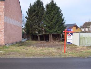 Rustig gelegen bouwgrond voor halfopen bebouwing met een oppervlakte van 256m² en 10m straatbreedte, nabij het centrum.Geen bouwverplichting