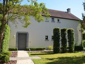 Prachtig afgewerkte woning op mooi aangelegd perceel van 1070m². Deze landelijke woning werd recent volledig vernieuwd met zeer hoogwaardige mate