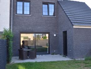 Prachtige instapklare recente woning (2014) met zonnige tuin, 2 à 3 slaapkamers, garage en autostaanplaats. De woning bestaat uit inkomhal met