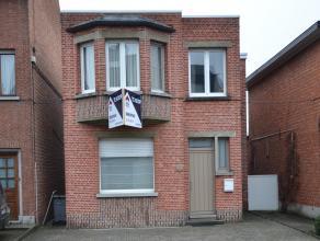 Woning met 3 slaapkamers gelegen in het dorpscentrum van Nijlen. Gelijkvloers bestaande uit inkomhal, ruime keuken en living, wasplaats, badkamer en v