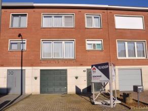 Ruime woning op rustige ligging nabij centrum Wommelgem.Gelijkvloers: Inkomhal, ruime garage voorzien van automatische poort, wasplaats, berging en at