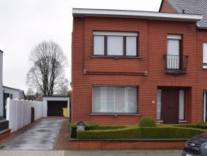 Centraal gelegen woning met garage, tuin met terras en wegenis achteraan.Gelijkvloers bestaat uit inkomhal, leefruimte, eetkamer, keuken, berging en b
