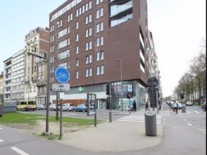 Prachtig nieuwbouwappartement met uitstekende ligging en garage gelegen op de 4e verdieping. Appartement bestaan uit ruime inkomhal van 12m² op s