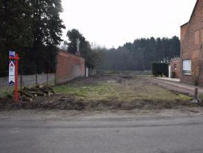 Bouwgrond van 393m² voor halfopen bebouwing, gelegen nabij openbaar vervoer en scholen met gunstige oriëntatie. Bouwvoorschriften te verkrij
