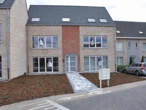 Nieuwbouw dakappartement nabij het centrum van Broechem.Het appartement omvat een living, ingerichte open keuken, badkamer, afzonderlijk toilet, waspl