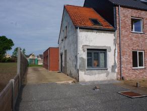 Deels gerenoveerde halfopen bebouwing met tuin vlakbij centrum Oelegem.Indeling:GLVL: Inkomhal, slaapkamer, lichte leefruimte, open keuken, badkamer v