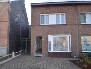 Centraal gelegen woning nabij het centrum van Nijlen.Deze woning is gelegen op een perceel van 426m² en omvat een zeer ruime living met ingericht