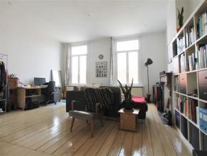 ANTWERPEN ZUID: Gerenoveerd Luxueus 1 SLPK appartement in herenhuis.Indeling:Lumineuze woon- en leefruimte op witte planken vloer met anthieke schouw,