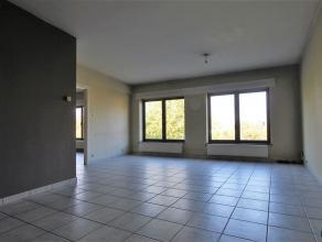 IN OPTIECentraal gelegen 3-slpk appartement met zonnig terras van 14 m². Appartement bestaat verder uit inkomhal, living in L-vorm met doorgang n