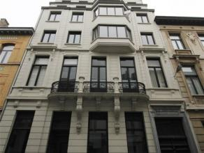 Riant appartement in prachtig herenhuis met 4 slaapkamers en 2 badkamers. Appartement heeft een leefruimte van maar liefst 87 m² (gevelbreedte: 9