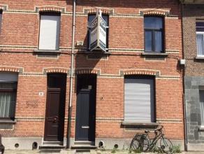 WILRIJK: GUNSTIG GELEGEN RIJWONING VAN 130M² MET 3 SLPK - KOER Gelijkvloers: Inkomhal met houten trapzaal. Vooraan de woning bevindt zich de twee