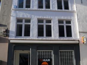 Handelspand op topligging in de winkelstraat, grondoppervlakte 60m². Aantrekkelijke winkelruimte met vitrines en tof mezzanineverdiep, toilet, ke