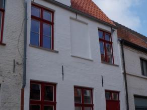 PRACHTIGE GERENOVEERDE CHARMEWONING in centrum Brugge. Deze woning werd met OOG VOOR DETAIL van beneden tot boven PIEKFIJN verbouwd. Indeling: inkom m
