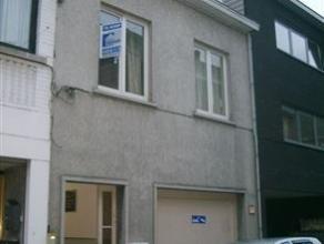 Ruime 2-gevelwoning, gelegen in deelgemeente Meerbeke, type bel-étage, met 4 slaapkamers, garage & koer. Op wandelafstand van buurtwinkels,