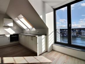 Au pied de la citadelle et au quatrième étage de la résidence, se trouve ce bel appartement duplex neuf de deux chambres. Agr&eac