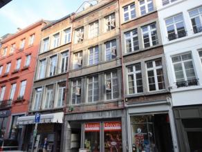 Namur: rue du Pont entre Place d'Armes et le Grognon. Immeuble de 4 étages avec ascenseur (en conformité) comprenant 12 appartements/stu