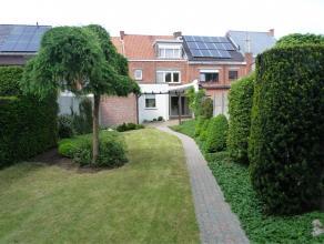 Stijlvolle en ruime gezinswoning met 3 slaapkamers, mooie verzorgde tuin, garage en 2 staanplaatsen (uitweg via Steenweg op Aalst) Op het gelijkvoers