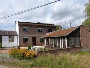Degelijk gebouwde woning met drie slaapkamers, voortuintje, grote achtertuin en ruime garage met extra aanpalende hobbyruimte. Op het gelijkvloers heb
