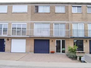 Rustig gelegen gezinswoning in stadrand Dendermonde. Grote garage , inkomhal, apart toilet, berging en gezellig tuintje met tuinhuis op het gelijkvloe