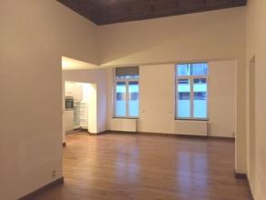 En plein centre de Liège, dans un immeuble de Maître, appartement de 2 chambres rénové en 2006 avec terrasse de 30m².I