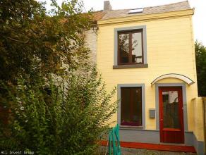 Loyer: 700euro ( hors charges privatives)Belle maison située dans un quartier calme au coeur de Mons , proche du Vaux Hall . Compl&egrave