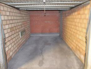 Deze garage in het complex Donza Center Parking is gelegen in het centrum van Deinze. Het station en openbaar vervoer zijn in de onmiddellijke omgevin