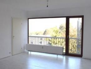 """Seraing Haut, résidence """"GONY"""", studio au 5ième étage donnant sur l'arrière comprenant : un hall avec penderie (1,8m²"""