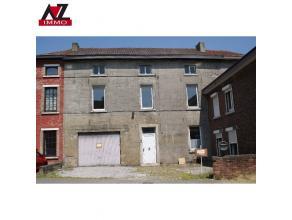 Grande maison avec parking à l'avant, idéale pour grande famille ou pour l'exercice d'une activité indépendante. Rez: hall