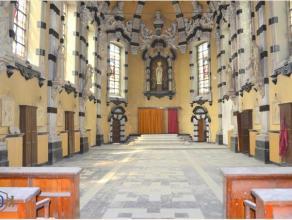 WAT EEN UITVALSBASIS deze barokkapel, gelegen in het voormalig St. Amandus-instituut te Gent! De eenbeukige en rijk versierde kapel dateert van 1681 e