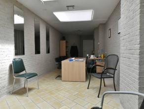 Situé au bas de la rue de Nimy, espace de +/- 30 m² avec salle d'attente, kitchenette, douche et salle d'attente.Divers: Chauffage central