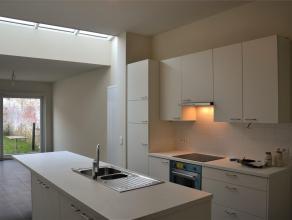 Gerenoveerd rijhuis te huur! De benedenverdieping van dit prachtig huis bestaat uit een inkomhal, een volledig geïnstalleerde keuken (met keukene