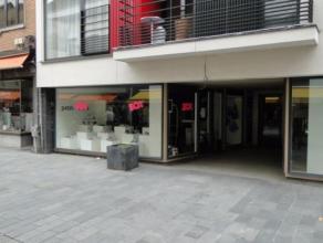 Dit ruime winkelpand in hartje Beveren, gelegen in de Vrasenestraat is uw bezoek meer dan waard ! Naast het ruime handelsgedeelte bevindt zich op de e